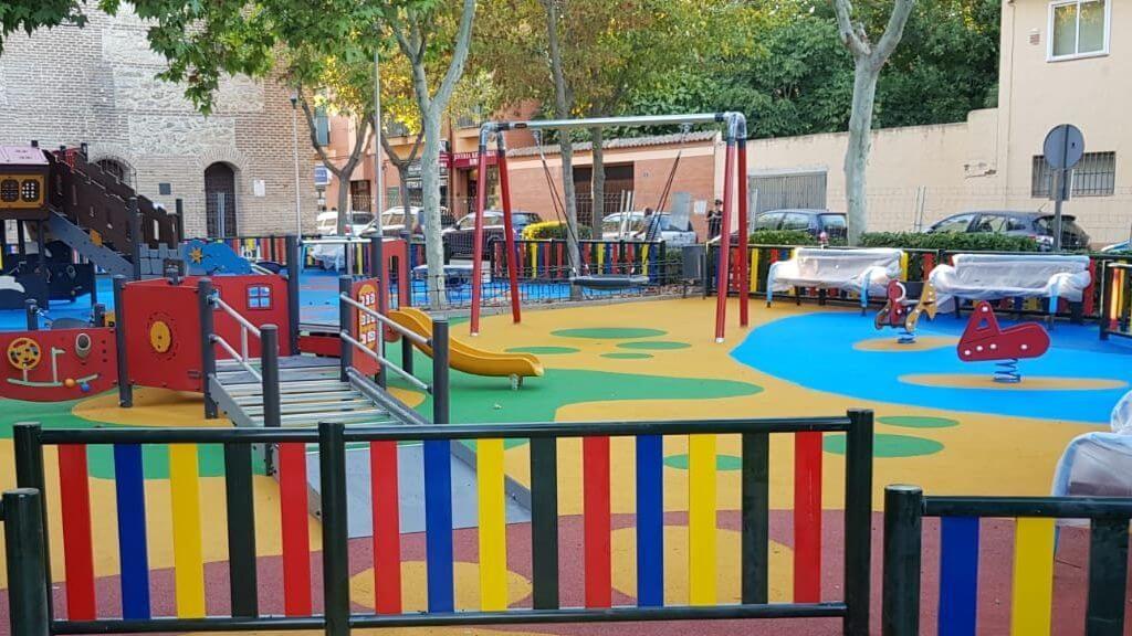 construccion columpios parque infantil
