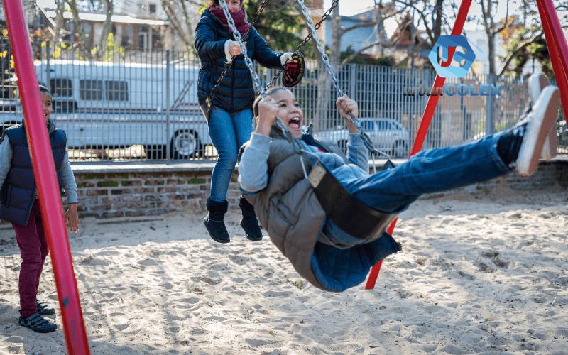 elementos indispensables parque infantil columpio